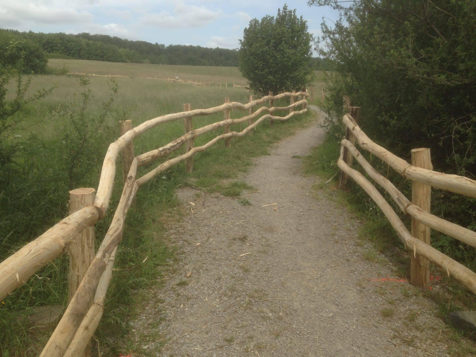 Schutzzaun für Wanderweg im Naturschutzgebiet
