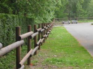 Parkplatzbegrenzung aus stabilem Holzzaun