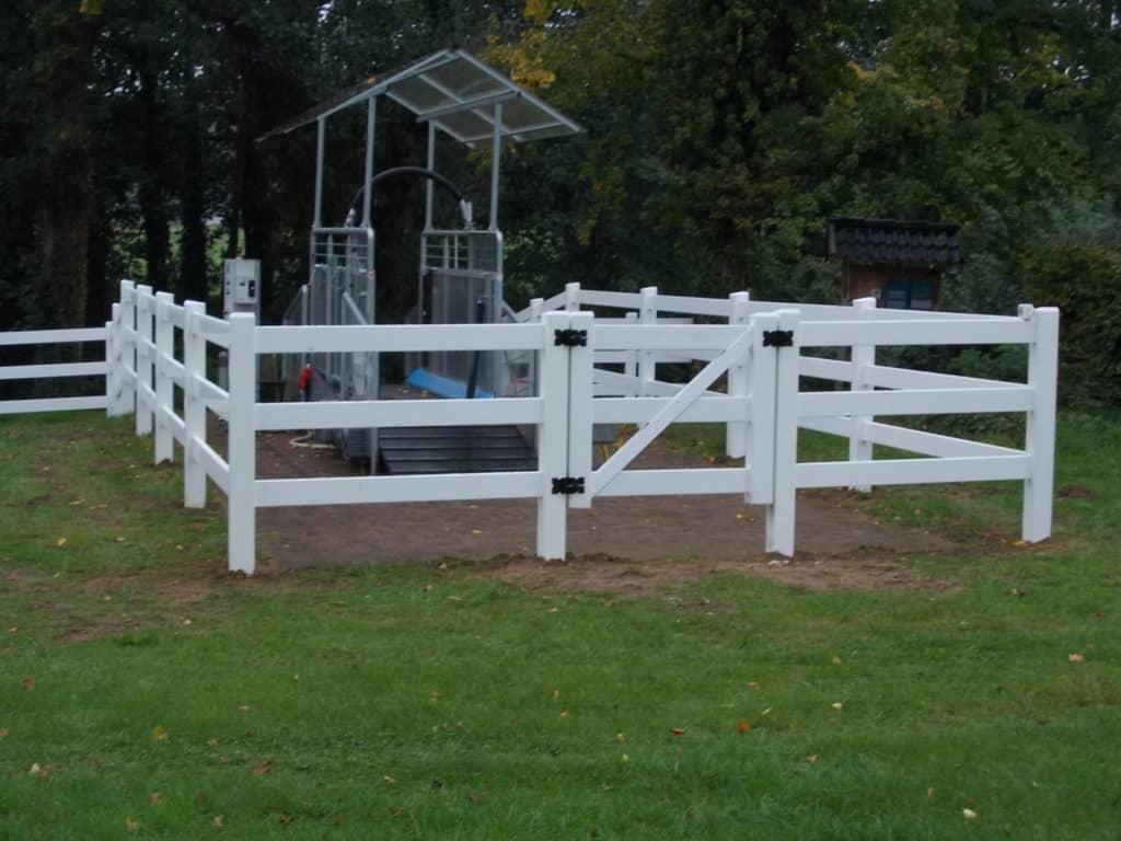 Zaun für Pferde aus weißem Kunststoff