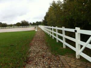 Umzäunung von Reitplätzen mit weißem Zaun