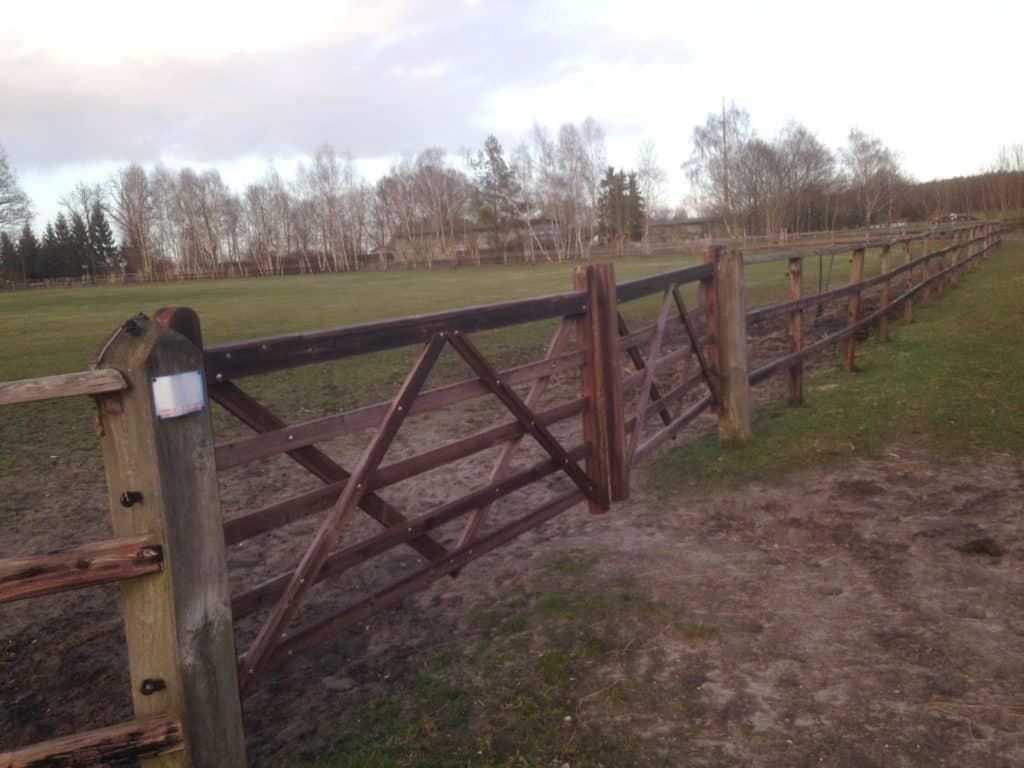 Alter verrotteter Zaun zur Pferdehaltung