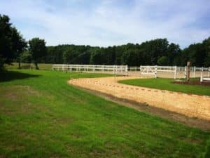 Zaunanlage aus weißem Kunststoff für Pferde