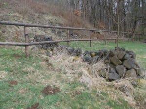 Zaunbau im felsigen Hang Halbriegelzaun für Pferde